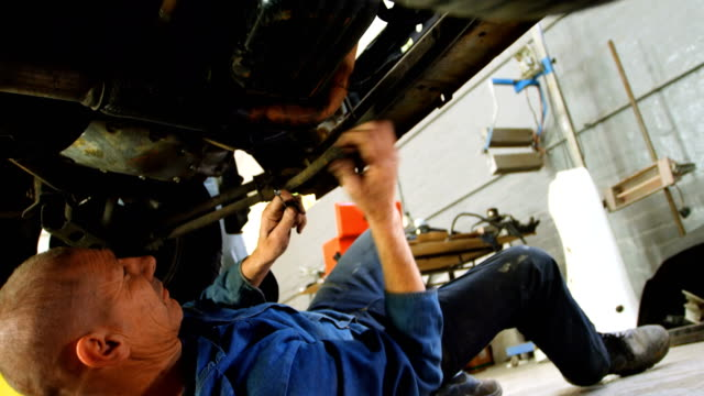 mechanic examining a car 4k - mechanik filmów i materiałów b-roll