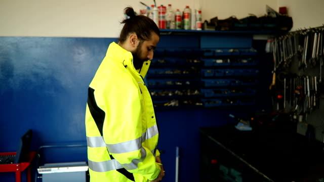 mechanic getting dressed - uniform filmów i materiałów b-roll