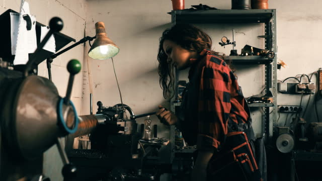vídeos de stock e filmes b-roll de mecânico de rapariga - dureza