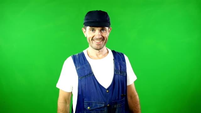 vídeos y material grabado en eventos de stock de mecánica/manitas sonriente delante de pantalla verde - fontanero