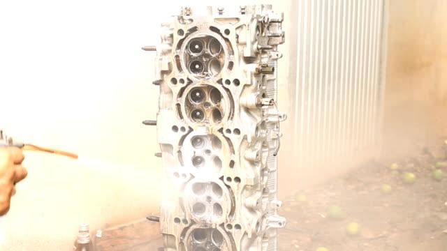 mekaniker är rengöring motor av oil stain remover - surf garage bildbanksvideor och videomaterial från bakom kulisserna