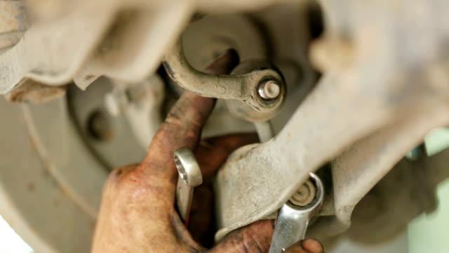 mechanik z klucza jest gałkę uwalniającą drut. - klucz ręczne narzędzie filmów i materiałów b-roll