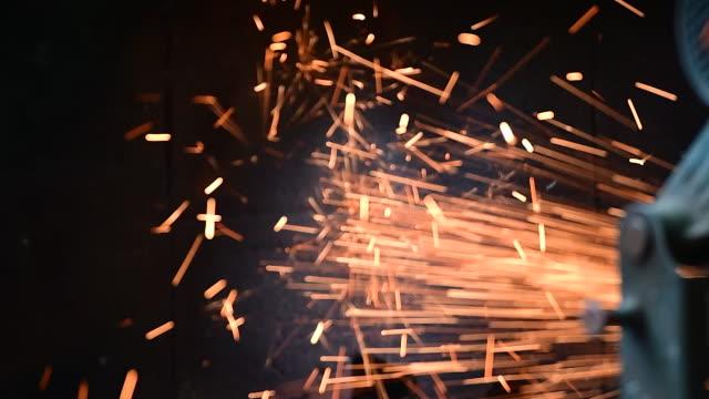 mechaniker mann schneidet und poliert metallschleifer schweißen funken. - kreissäge stock-videos und b-roll-filmmaterial