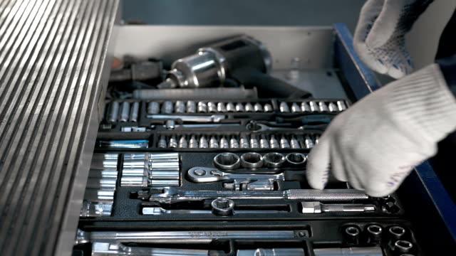 メカニック現代サービス ステーションで車の修理のためのさまざまなツール青い金属ボックスを開く - 金づち点の映像素材/bロール