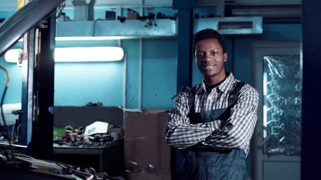 Mechanic posing in uniform - Vidéo