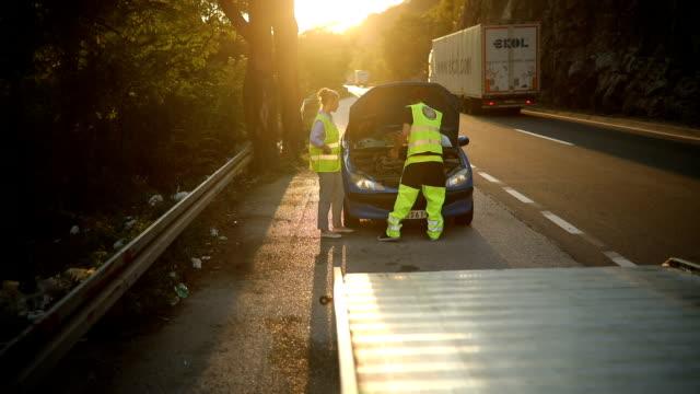 vídeos y material grabado en eventos de stock de mecánico de reparación de coches en la carretera - grúa