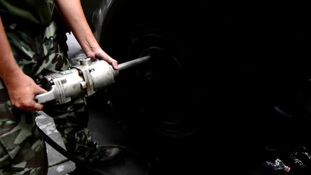 vídeos y material grabado en eventos de stock de mecánico apretar la rueda. - llave tubular