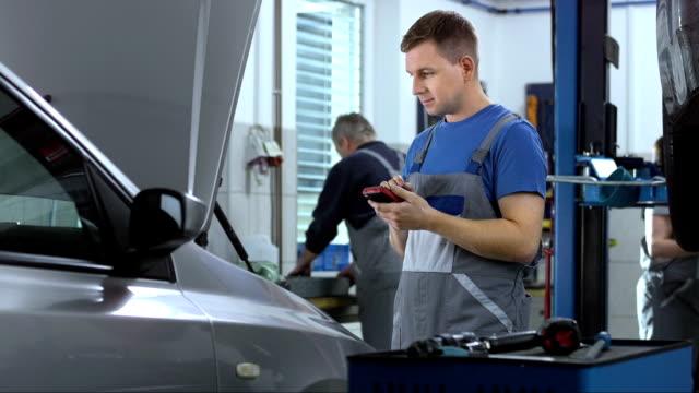 mechanik przy użyciu narzędzi diagnostycznych. - sprawdzać filmów i materiałów b-roll