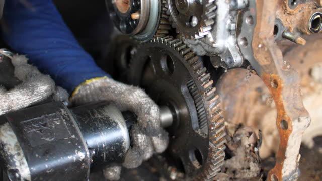 mechaniker mit schlagschrauber zum eindrehen von schrauben - steckschlüssel stock-videos und b-roll-filmmaterial