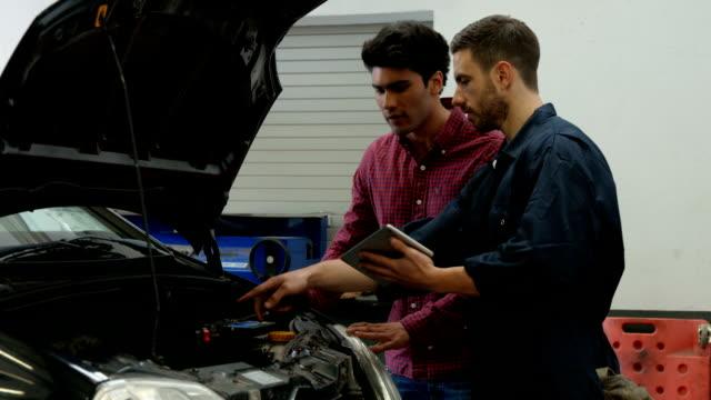 meccanica overhauling un motore - mechanic video stock e b–roll