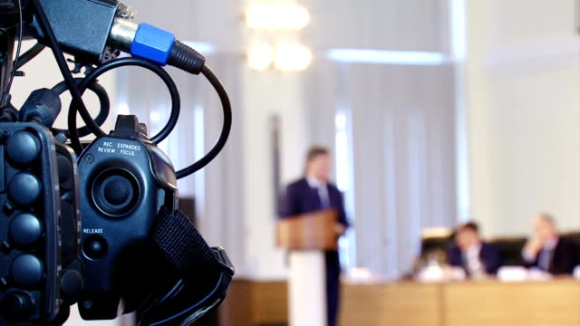 tv media at the press conference - conferenza stampa video stock e b–roll