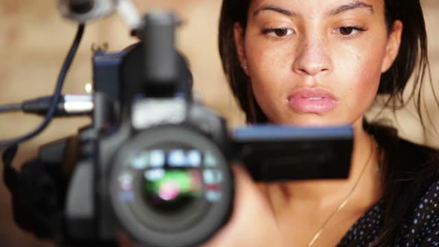 media: camera woman - kvinna tillfreds bildbanksvideor och videomaterial från bakom kulisserna