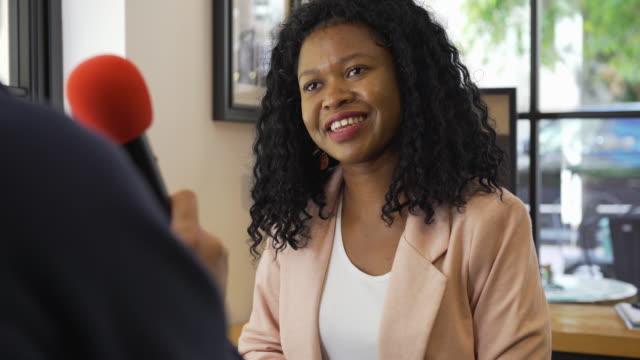 vidéos et rushes de entretien avec une femme d'affaires de l'ethnicité africaine - interview