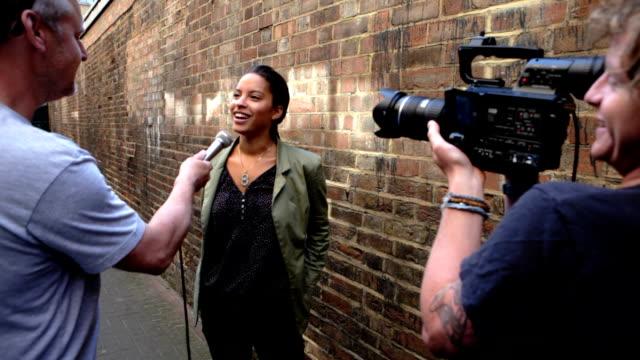 media: public opinion - konstkultur och underhållning bildbanksvideor och videomaterial från bakom kulisserna