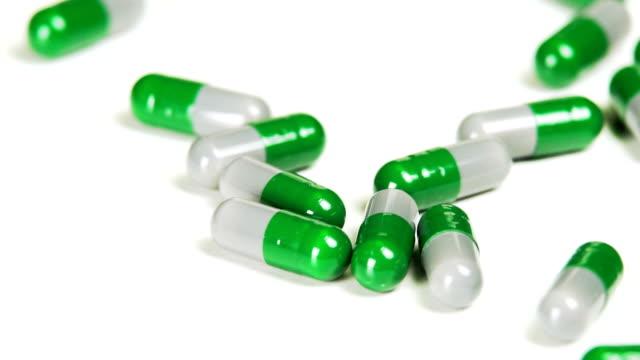 tıbbi kapsül masanın üstüne düşme - doping stok videoları ve detay görüntü çekimi