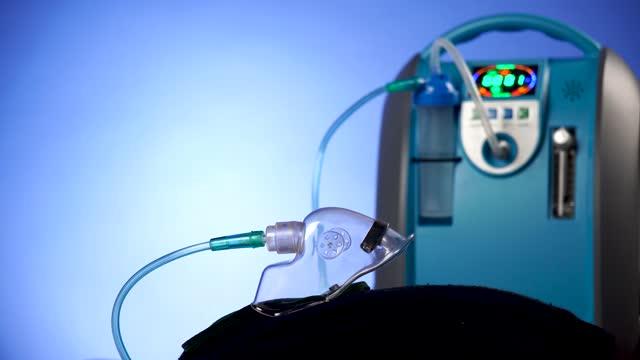 tıbbi cihaz bireysel mavi beyaz taşınabilir oksijen silindirsolunum bozuklukları olan hastalar için gaz koymak, oksijen maskesi kopyalama alanı koymak - taşınabilirlik stok videoları ve detay görüntü çekimi