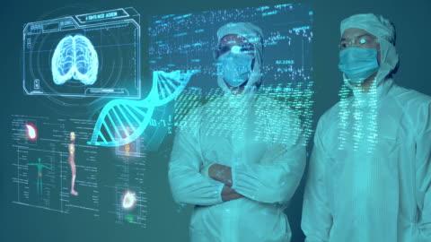 medizin-wissenschaftler covid-impfstoff-forscher trägt maske und anzug mit intelligenter mobiler virusanalyse, medizinische labor iot-technologie ai mobile gesundheitsversorgung digitale futuristische präsentation. - hologramm stock-videos und b-roll-filmmaterial