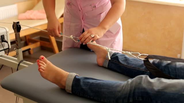 vídeos y material grabado en eventos de stock de equipos médicos para la extensión de la tracción de columna vertebral. - columna vertebral humana