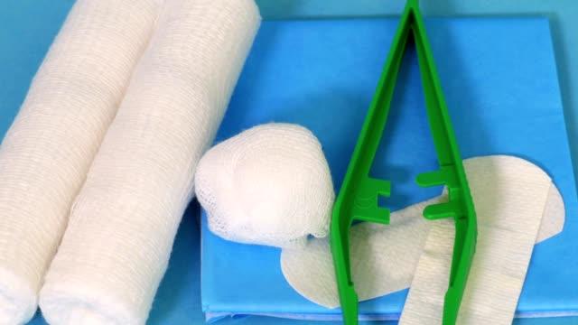 mavi tıbbi donatımı - gazlı bez stok videoları ve detay görüntü çekimi