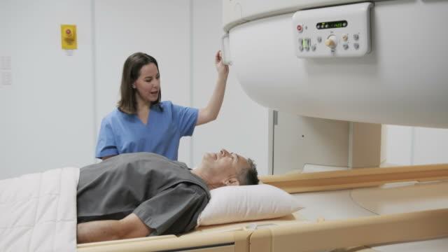 mri 磁気共鳴イメージング マシン クリニックでの診察 - mri検査点の映像素材/bロール