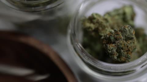 vídeos de stock e filmes b-roll de medical marijuana - 4k - erva