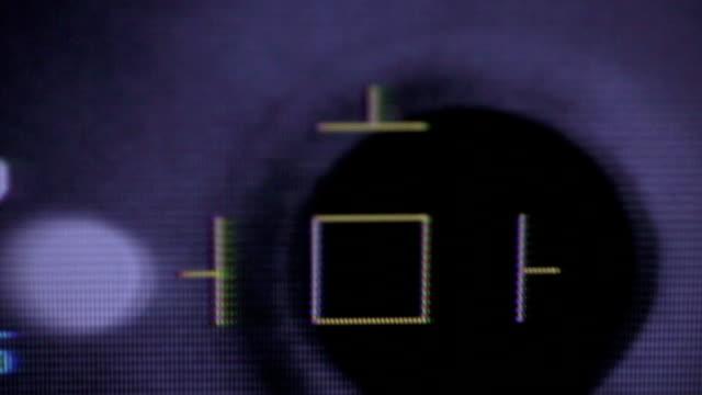視力チェック中に画面上の目で現代医療が表示されます。クローズ アップ - 検眼医点の映像素材/bロール