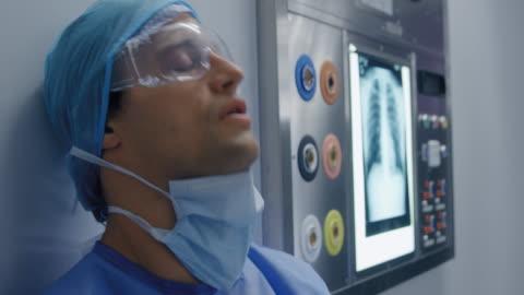 hastanede çalışan tıbbi profesyonel - abd dışı yer stok videoları ve detay görüntü çekimi
