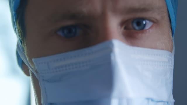 Medizinischer Fachmann, der in einem Krankenhaus arbeitet – Video
