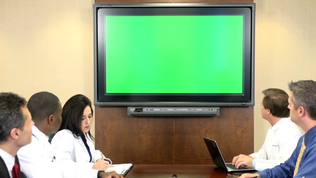 Des professionnels du corps médical participer à une réunion de téléconférence - Vidéo