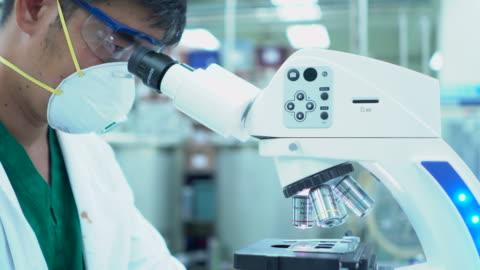 vídeos y material grabado en eventos de stock de científico de investigación médica prueba la vacuna experimental en el laboratorio moderno stem. - desarrollo