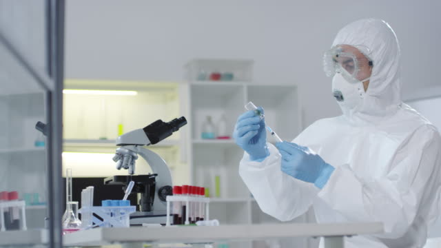 Medical Scientist Creating Vaccine in Laboratory - vídeo