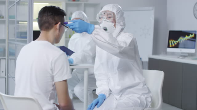Medical Scientists Examining Clinical Trial Participant - vídeo