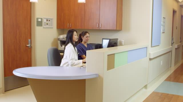 Personal médico en ocupado estación de enfermeras en el Hospital toma en R3D - vídeo