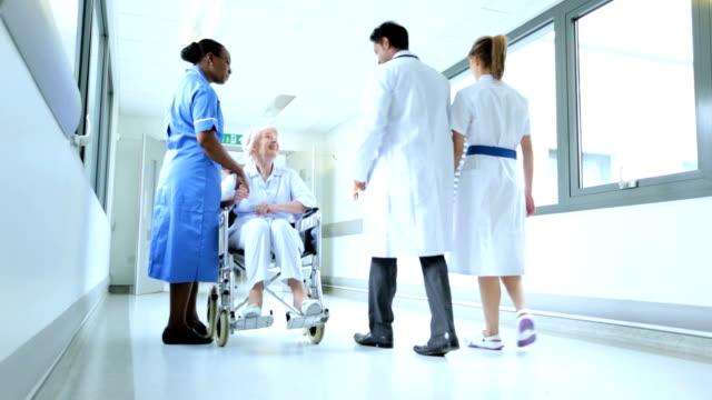 vídeos y material grabado en eventos de stock de personal médico hablando senior femenino de pacientes de hospital - geriatría