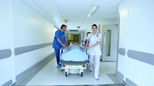 Personal médico transferir paciente Cama de Hospital - vídeo
