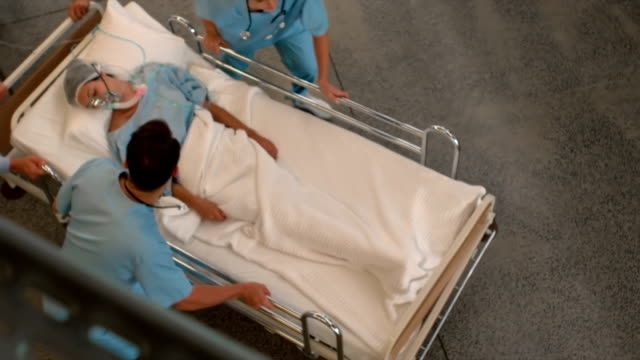 vídeos de stock, filmes e b-roll de equipe do médico, levando um uma paciente um unidade de tratamento intensivo - morte