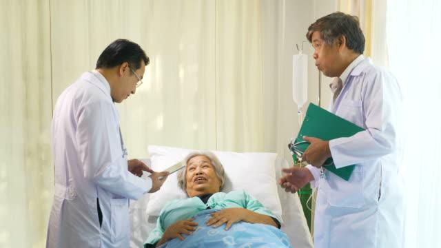 Équipe médicale expliquant le résultat positif au patient - Vidéo