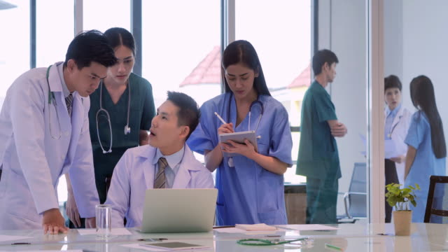 Medical team having a meeting with doctors on computer.Team of experts doctors examining medical exams.medical education, health care, technology,medical education, people and medicine concept.Teamwork.Education topics - vídeo
