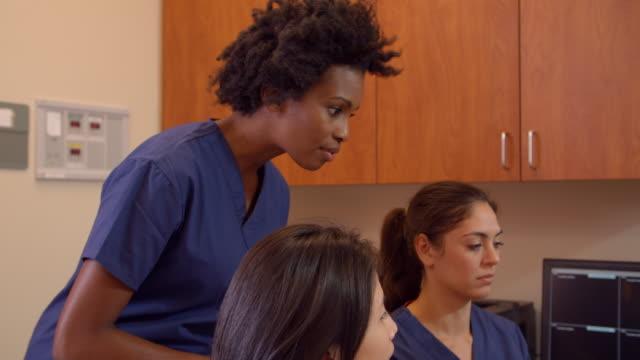 Equipo médico Reúnase en estación de enfermeras en el Hospital toma en R3D - vídeo