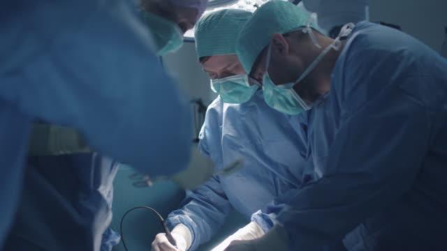 Equipo médico realizar la operación quirúrgica en quirófano moderno - vídeo
