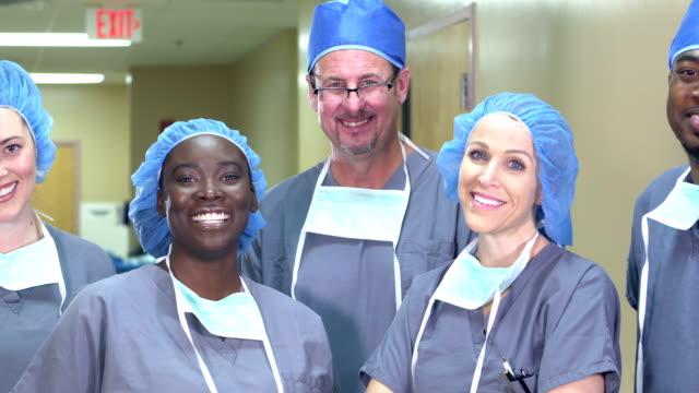 vidéos et rushes de équipe médicale restant dans le couloir d'hôpital - infirmier