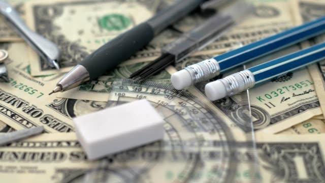 vidéos et rushes de médicaux, les frais de traitement, de concept, de pilules sur argent, en dollars, dolly tourné - fournitures scolaires