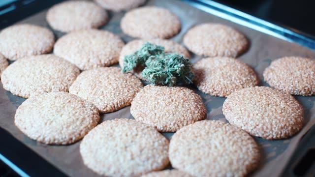 vídeos de stock, filmes e b-roll de uso médico da marijuana através dos bolinhos - erva