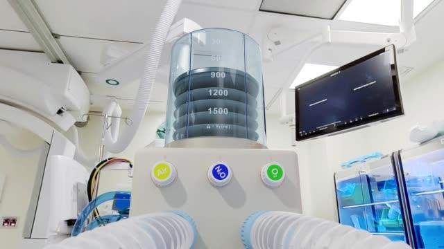 medical ventilator life support system - zooma till enheten (video med alfakanal) - intensivvårdsavdelning bildbanksvideor och videomaterial från bakom kulisserna