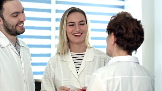 Gezondheidswerkers vriendelijke discussie video
