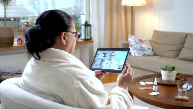 vídeos y material grabado en eventos de stock de medicina en línea. anciana, consultar con su médico utilizando el chat de video en casa - afección médica