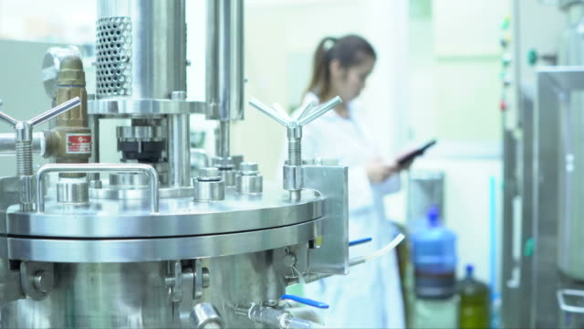 stockvideo's en b-roll-footage met geneesmiddelenproductie in het moderne laboratorium - chemische fabriek
