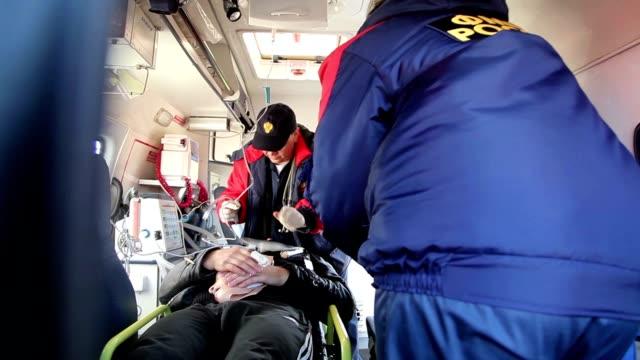 medics bei der arbeit in der rettungswagen - rettungssanitäter stock-videos und b-roll-filmmaterial