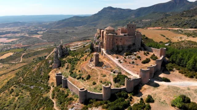 vídeos de stock e filmes b-roll de medieval castle of loarre in aragon, spain. aerial shot. uhd, 4k - castle