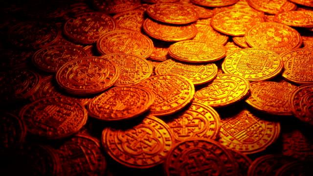 vídeos y material grabado en eventos de stock de monedas de oro medievales en la luz del fuego - accesorio financiero